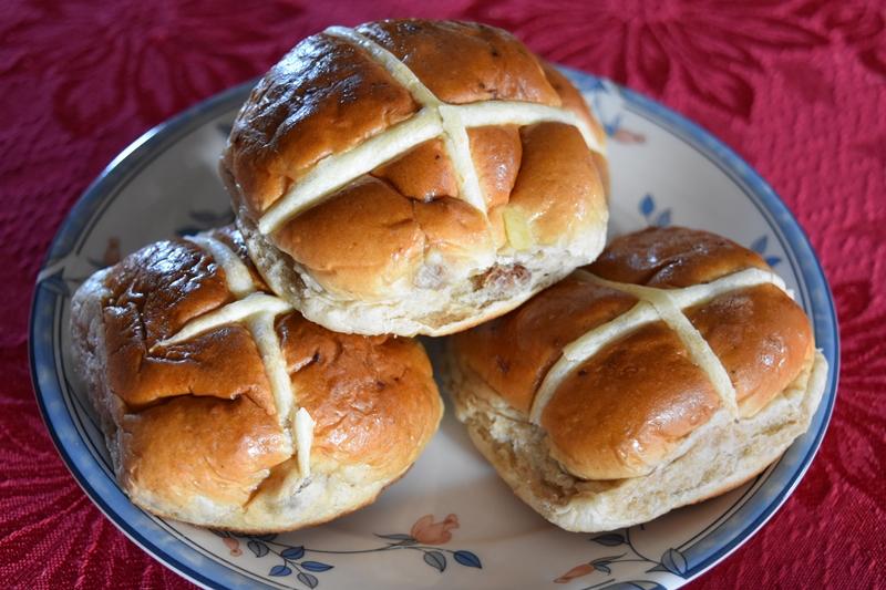 Hot cross buns on a plate ©essentially-england.com