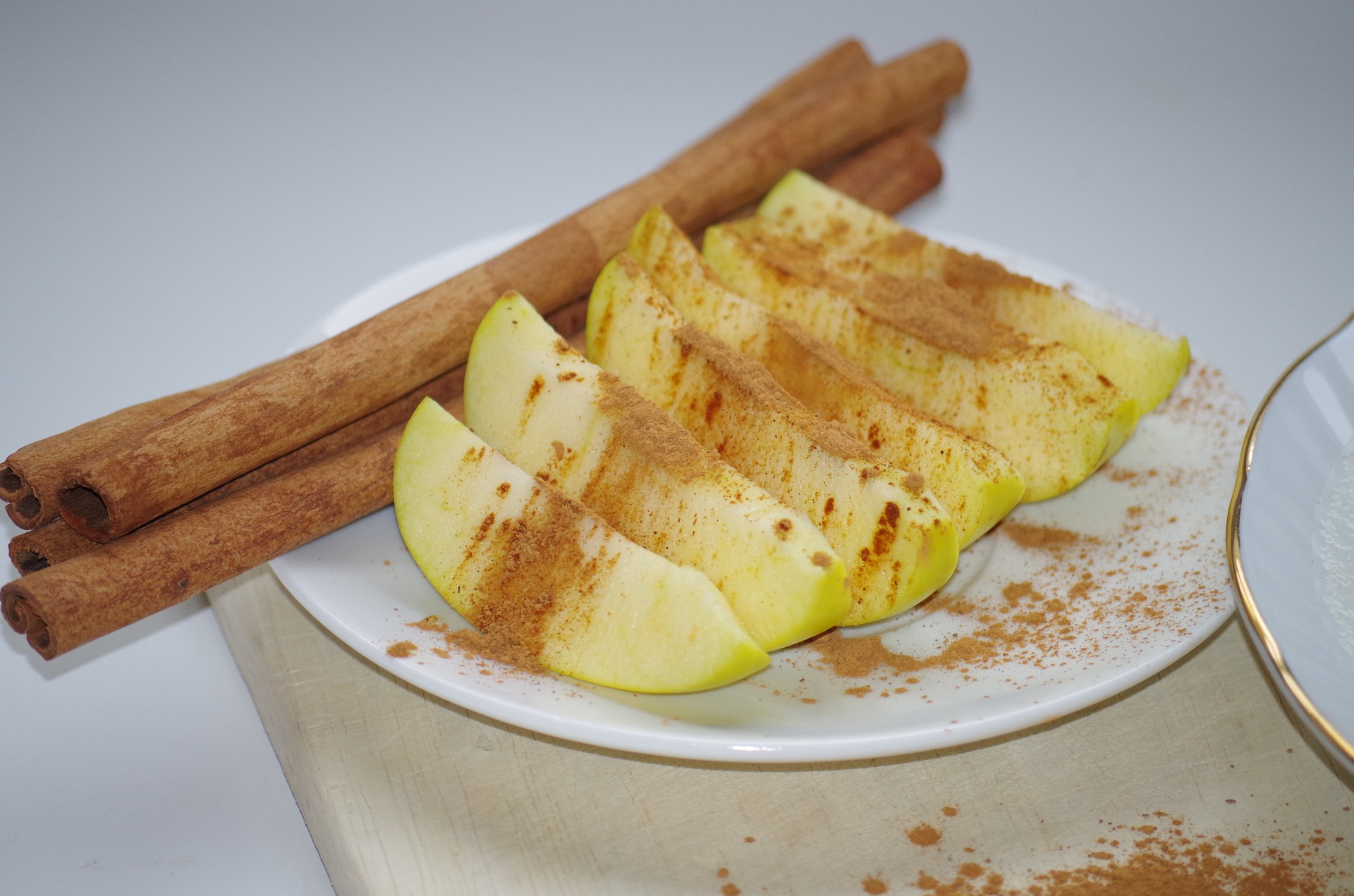 Apples and Cinnamon | Ajale | pixabay.com